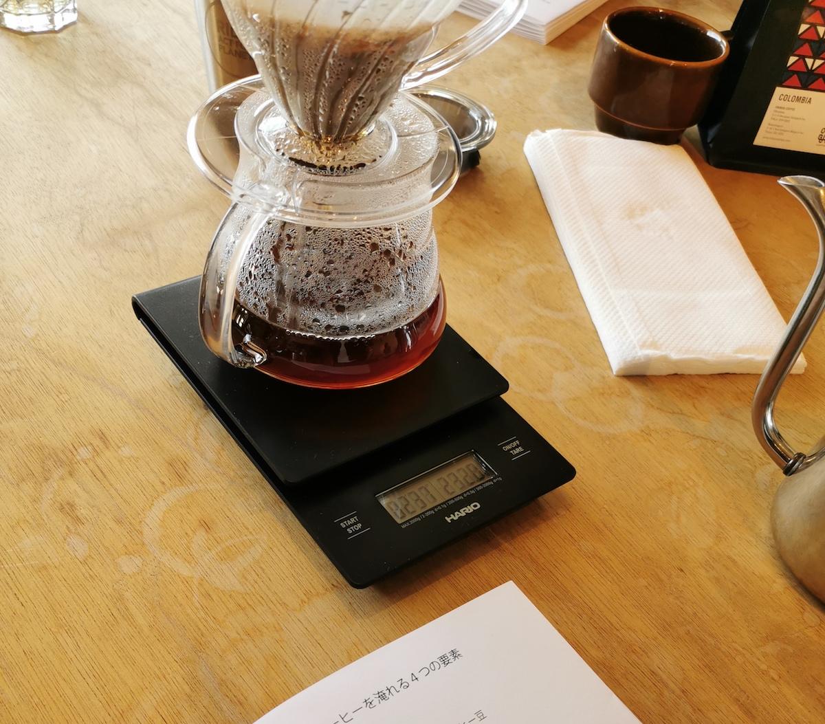 コーヒースケールを使ってコーヒーを抽出する様子