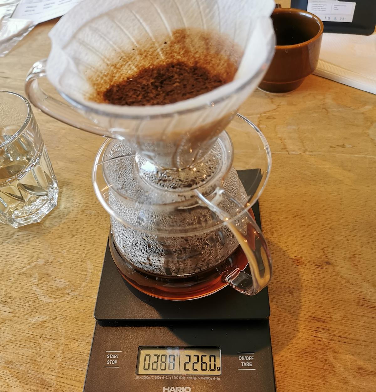 計りとタイマーが同時についた、まさにコーヒー抽出用のアイテムを使いながら、教えられた手順で抽出に挑戦